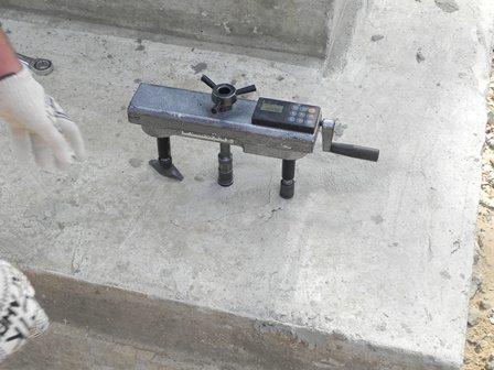 На фото - проверка качества бетона отрывом со скалыванием