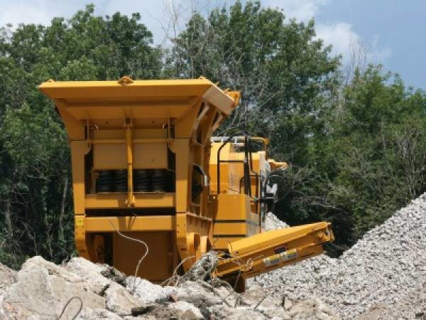 На фото - работа механизированного комплекса по утилизации твердых строительных отходов