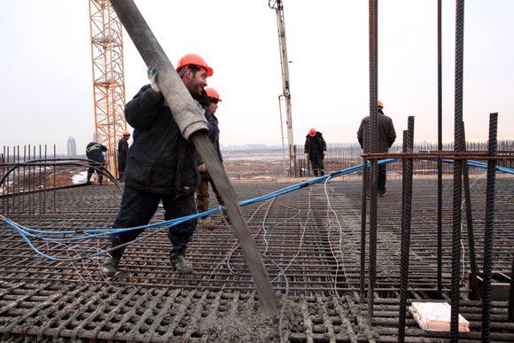 На фото - работа с бетоном в холодное время года