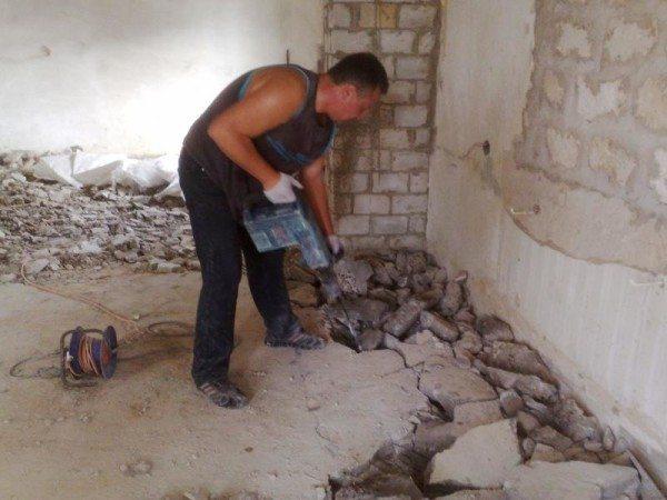 На фото - самостоятельное удаление пола из бетона