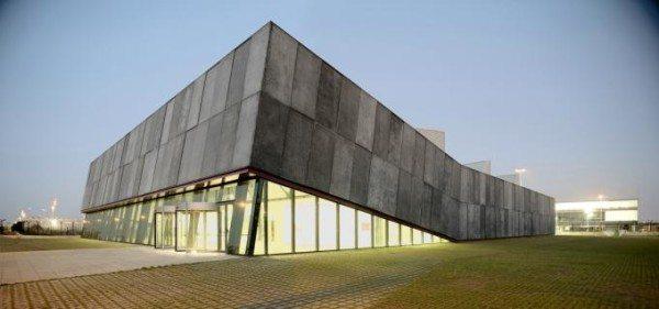 На фото - современная архитектура с применением «зеленого» бетона