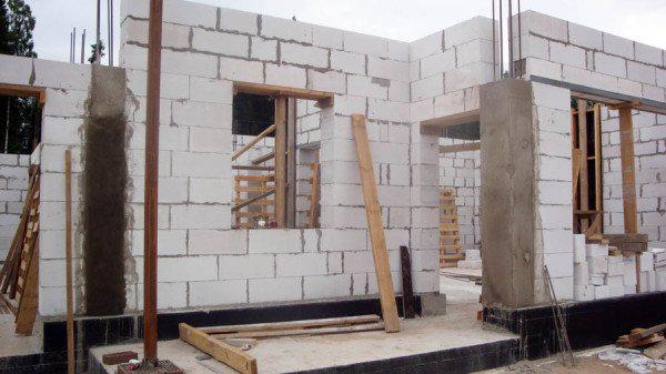 На фото - строительство дома с армокаркасом.