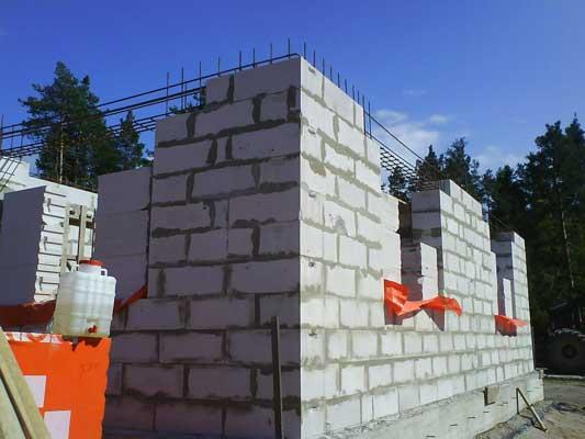 На фото - строительство несущих стен на бетонном фундаменте