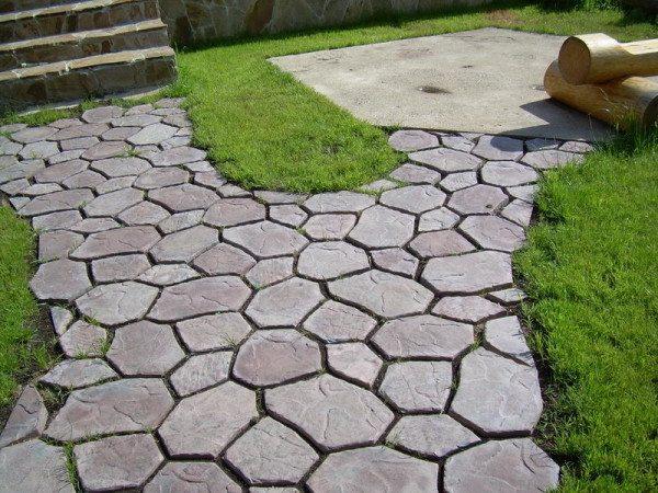 На фото - тротуарная плитка сложной формы