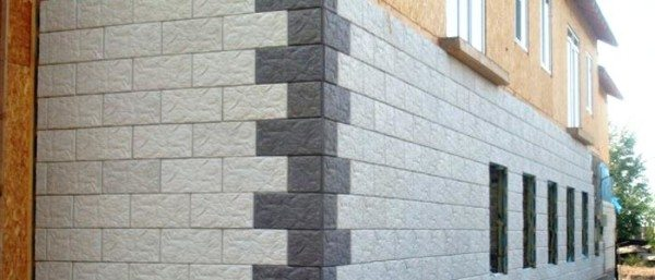 На фото - цоколь, облицованный бетонной плиткой