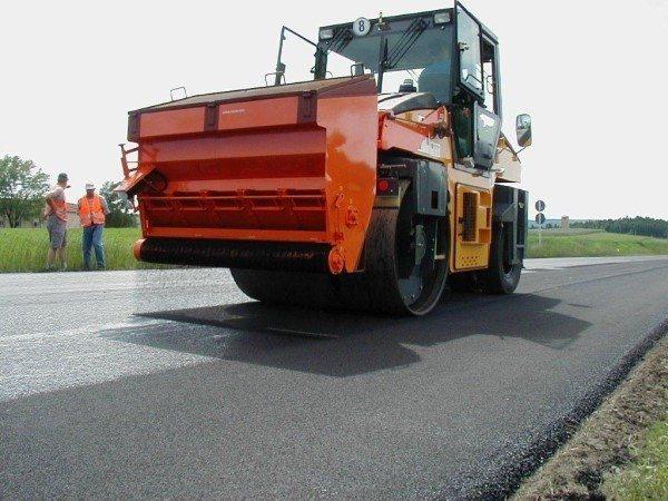На фото - выравнивание дорожного покрытия