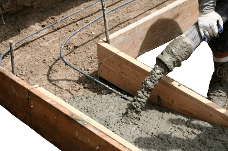 На фото - заливка бетона в деревянную опалубку с заложенной арматурой