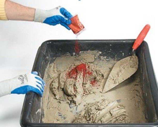 На фото - замешивание сухого пигмента в цементно-песчаный раствор