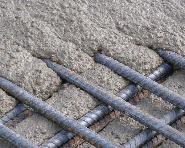 На фото - заполнение самоуплотняющимся бетоном опалубки с армирующим каркасом