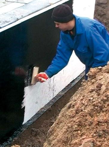 На фото - защита бетонного фундамента от влаги