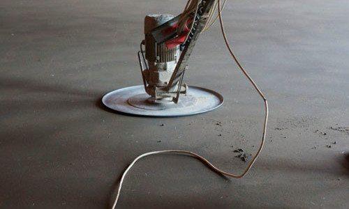 На фото - затирка бетона специальным оборудованием