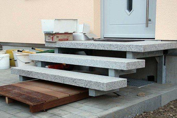 На фото - железобетонные ступени, смонтированные на металлической сварной конструкции