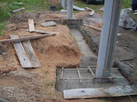 На фото – бетонирование столбов