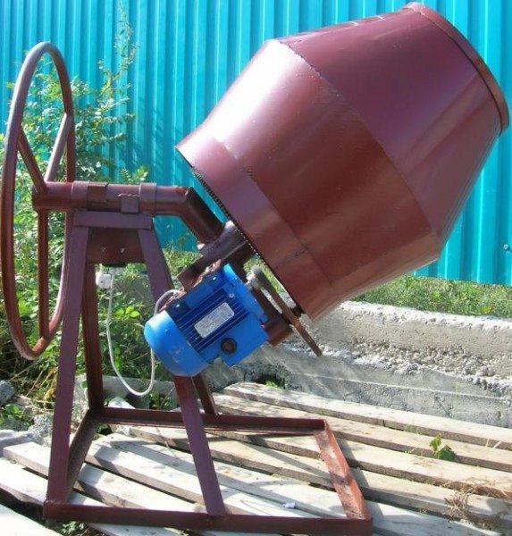 На фото – бетономешалка, которая значительно облегчит рабочий процесс