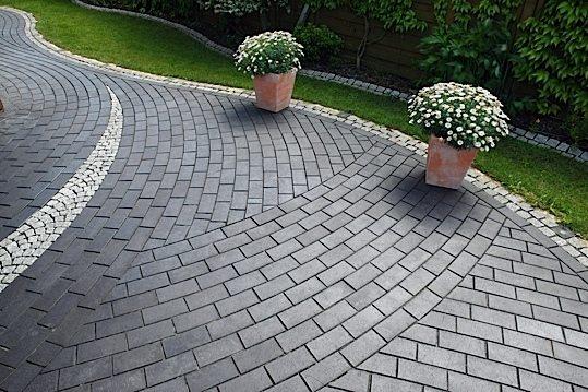 На фото – использование бетонной брусчатки