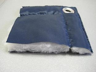 На фото – кусочек ткани с синтепоном, фиксируется к опалубке люверсами
