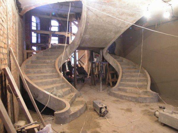 На фото – нестандартная лестница в частном доме