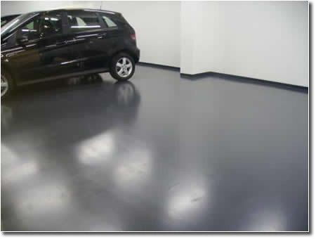 На фото – парковка, бетонный пол, который был профессионально покрыт полимерными средствами