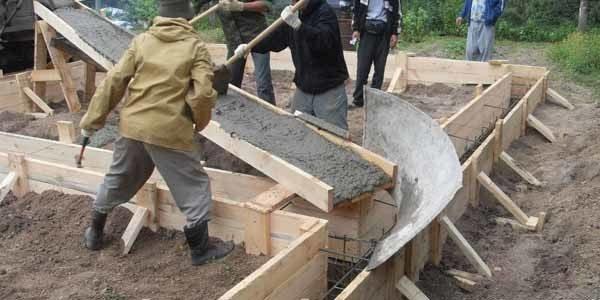 На фото – подача бетонного раствора на расстояние своими руками