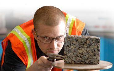 На фото – производится сертификация бетона
