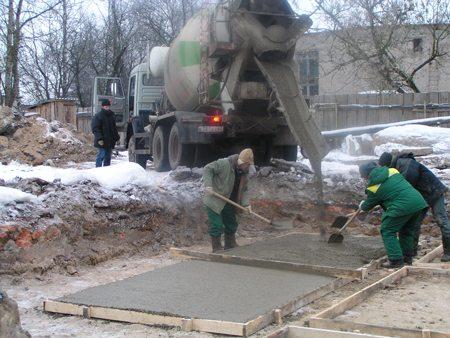 На фото – работа с бетоном при низких температурах
