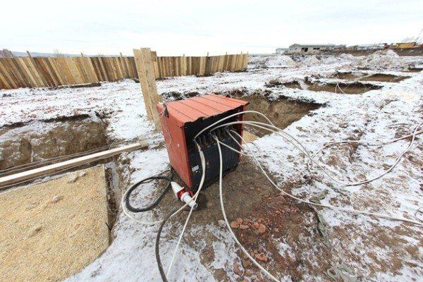 На фото- работы с бетоном в условиях зимы