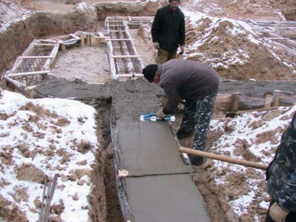 На фото – самостоятельное бетонирование ленточного основания