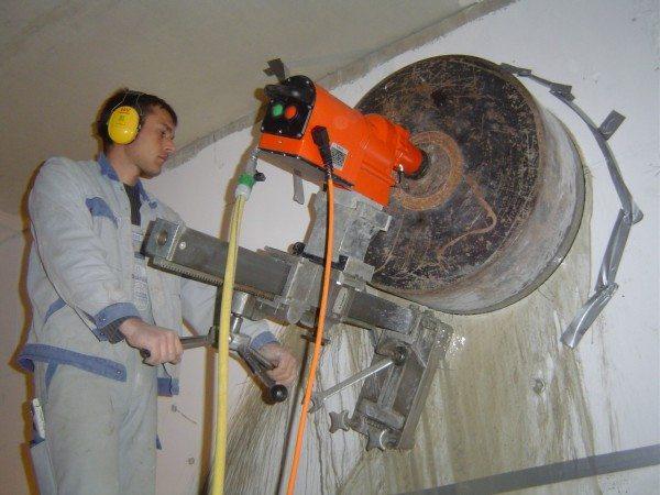 На фото – станок для выполнения отверстий большого диаметра