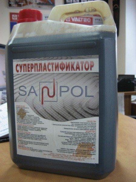 На фото – суперпластификатор для растворов