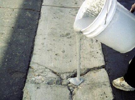 На фото – цементно-известковая смесь для заделки трещин в бетоне
