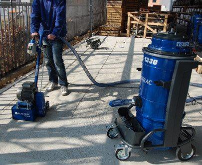 На фото – уборка пыли с бетонных поверхностей