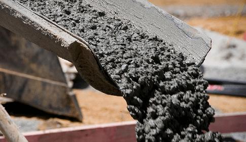 На фото – выгрузка бетона В30 из бетономешалки