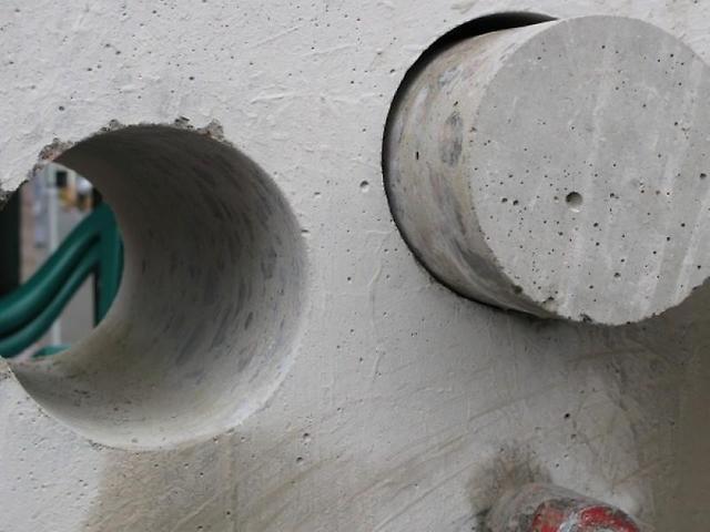 На фото - алмазное бурение отверстий в бетоне, набравшем достаточную прочность