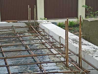 На фото - арматурная конструкция для заливки бетонного перекрытия