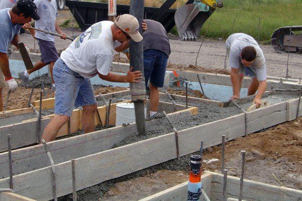 На фото бетонировка происходит в летнее время, которое лучше всего подходит для этого вида работ.