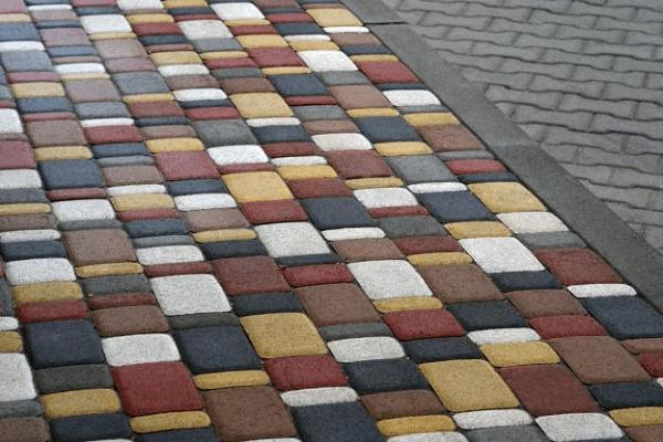 На фото брусчатка – дренаж можно выполнить, применив алмазное бурение отверстий в бетоне