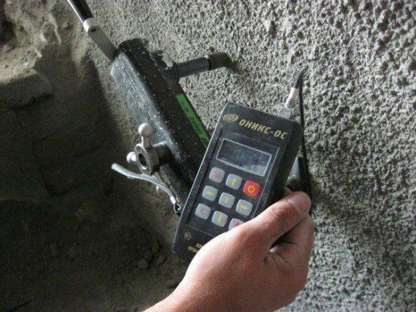 На фото демонстрируется анализ свойств бетона.