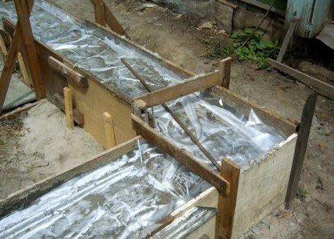 На фото демонстрируется защита свежей смеси при помощи пленки.
