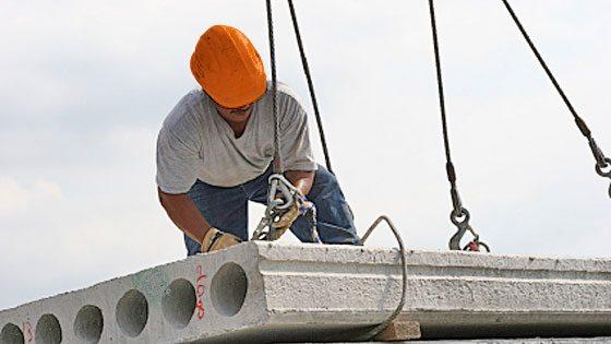 На фото: для обеспечения надежности конструкции все работы должны производить профессиональные монтажники