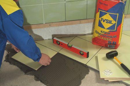 На фото используется специальный раствор для керамической плитки