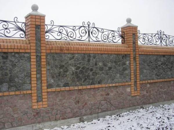 На фото ограда, дополненная ковкой.