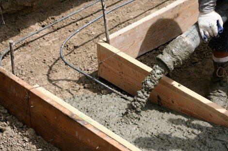 На фото показан процесс литья из бетононасоса.