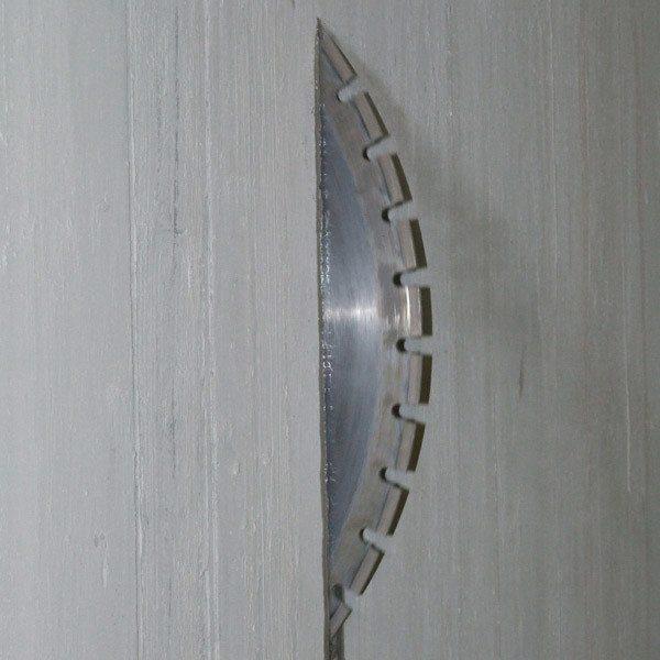 На фото показан процесс резки по бетону.