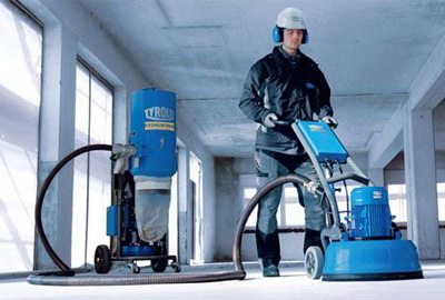 На фото показан процесс шлифовки бетона.