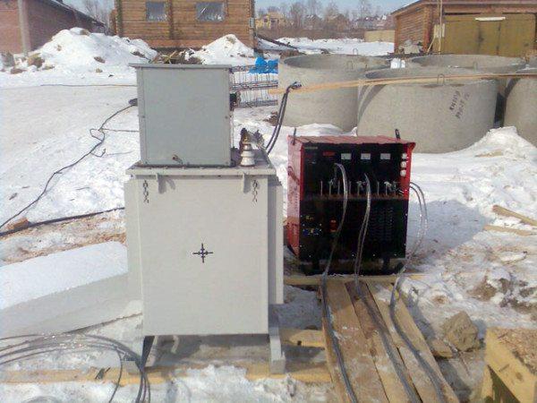 На фото показан трансформатор для обогрева бетона в работе.