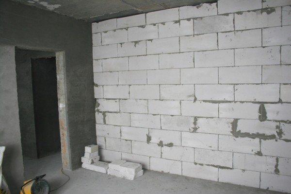 На фото показана межкомнатная перегородка из легкого бетона.
