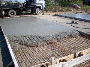 На фото показана заливка армированной монолитной плиты.