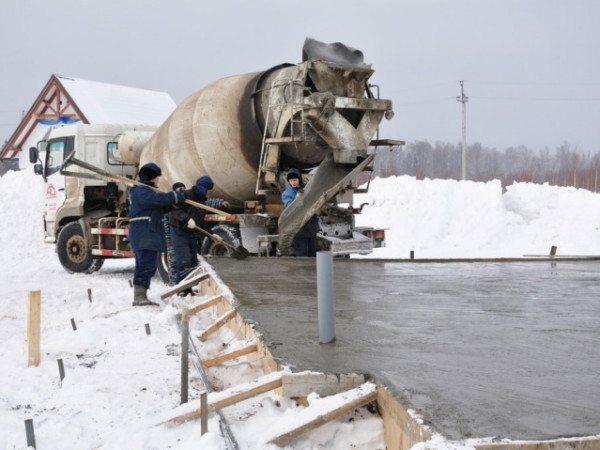 На фото показана заливка монолитного основания в зимнее время.