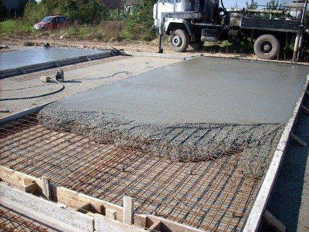 На фото показано, как залить бетонный пол зимой