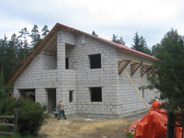 На фото показано строительство загородного дома из газобетонных блоков.